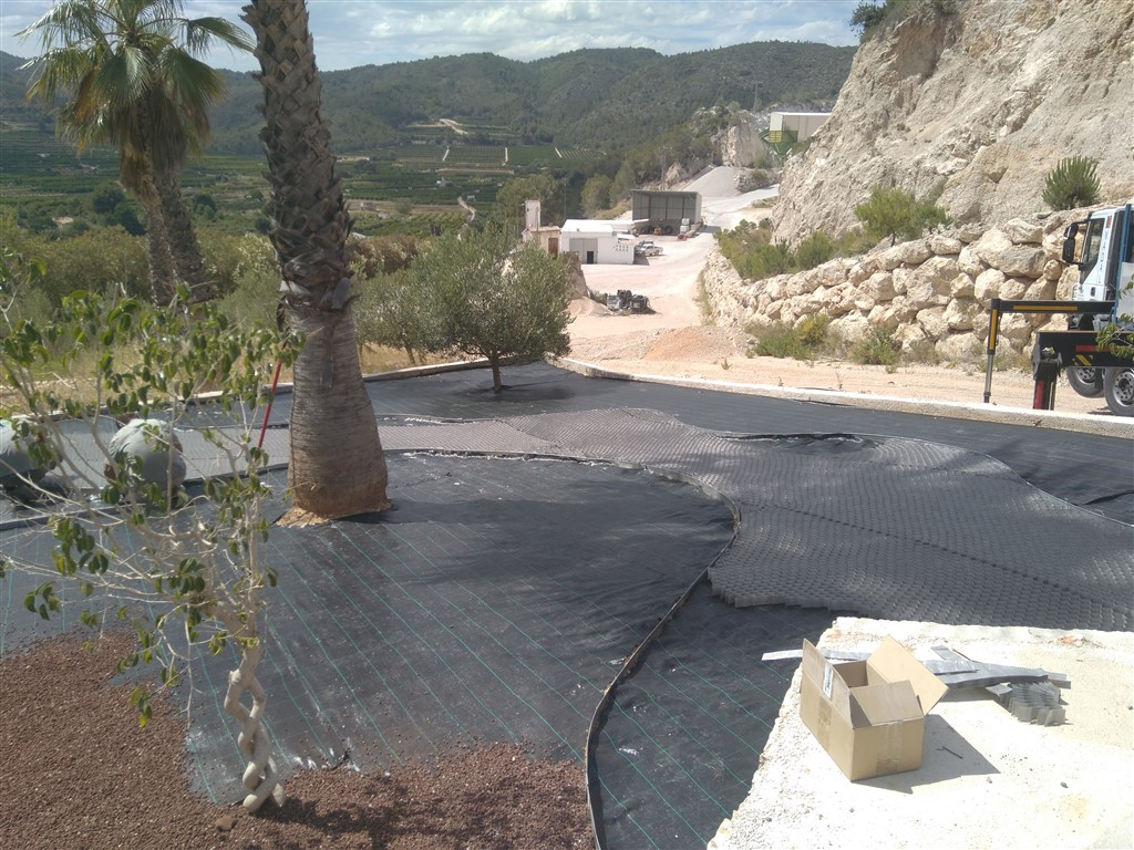 Stabilizing gravel installation