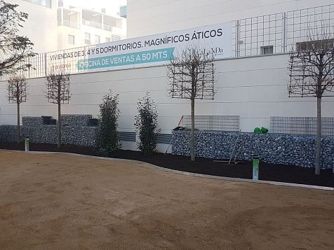 Mur décoratif avec gros galet noir zébré